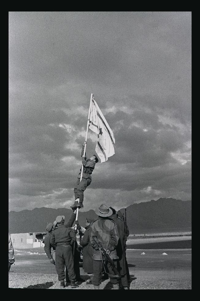 דגל הדיו המונף באום רשרש כסמל לכיבוש אילת MICHA PERRY, ייחוס-שיתוף זהה 3.0 לא מותאם.